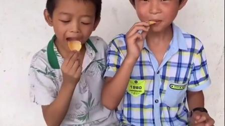 童年趣事-哥哥给弟弟分享自己的薯片