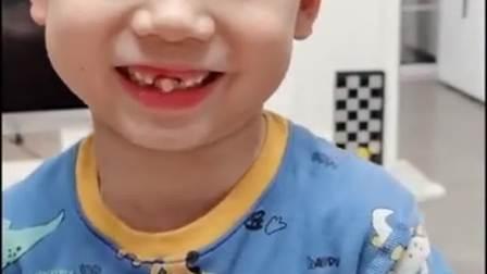 一个要掉牙的孩子,真会玩!好想给拔了