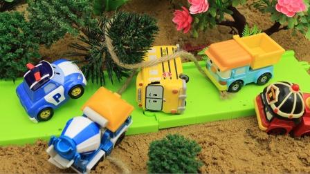 小汽车在玩耍是遇到了危险 救援队赶来帮忙