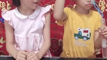 金色的童年:姐姐把妹妹的泡泡水抢走了