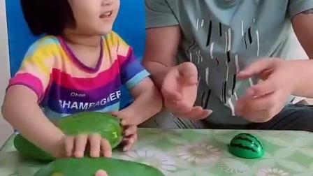 金色的童年:妈妈给朵朵芒果给爸爸玩具芒果