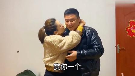 80后小伙给了媳妇啥惊喜,媳妇把老公一把搂怀里又亲又抱,真主动