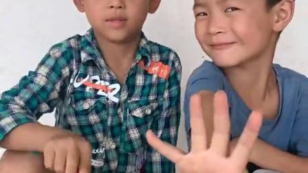 金色的童年:哥哥和弟弟替换着用勺子吃果冻