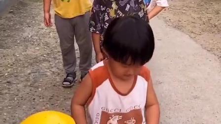 金色的童年:会唱歌的小朋友排队领棒棒糖