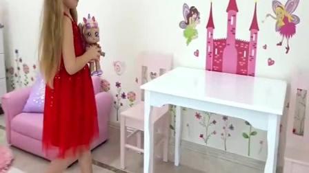 小可爱给玩具娃娃穿裙子,好好玩