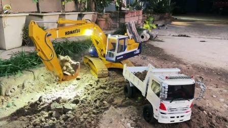 演示挖掘机给自卸运输车装泥土,儿童挖掘机工程车玩具