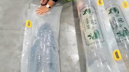 为了把活鱼快递出去,要先给它们打包充氧