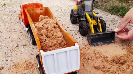 自卸大卡车拉沙子真好玩,儿童工程车玩具