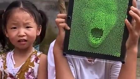 金色的童年:姐姐玩鬼脸玩具