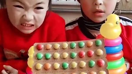 金色的童年:姐姐喂小宝贝吃药药