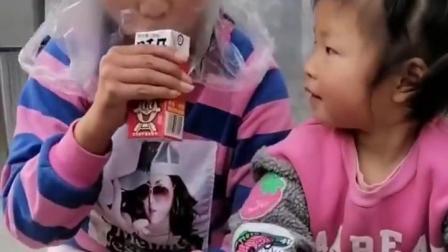 金色的童年:小宝贝,你这个奶可不可以让姐姐喝一口
