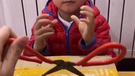 金色的童年:宝贝要用这么大的剪刀拆快递
