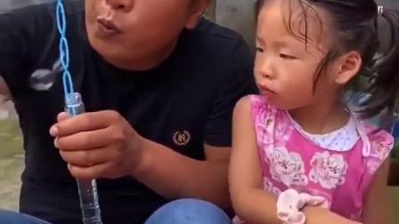 金色的童年:爸爸怎么跟小宝贝抢泡泡!