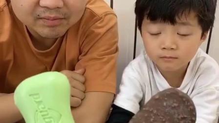 金色的童年:看看谁能吃到巧克力的雪糕?