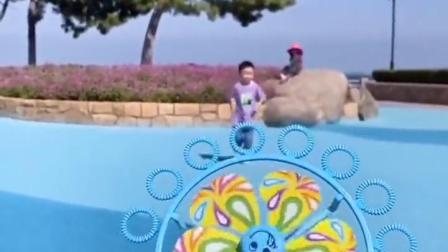 金色的童年:和弟弟一起玩风车泡泡吧
