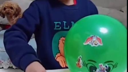 金色的童年:宝贝玩气球呢,好自在啊!
