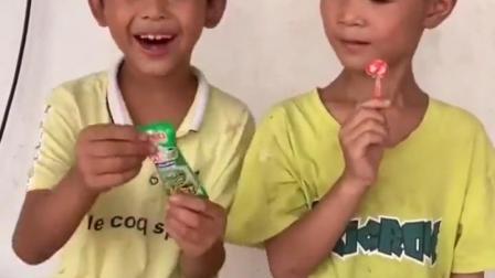 金色的童年:吃棒棒糖啦!