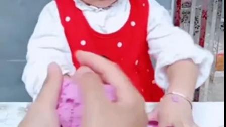 金色的童年:熙熙和妈妈一起做冰淇淋,超棒!