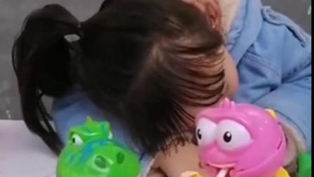 金色的童年:熙熙睡着了,来偷吃她的糖果
