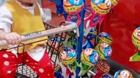 金色的童年:超市里的棒棒糖好大呀,丫丫要买好几个呢!