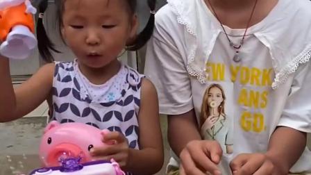 快乐的趣事:妹妹想玩姐姐的泡泡机