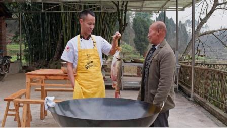 厨师长用50斤的大铁锅烧5斤大鲤鱼,味道很赞,收藏了