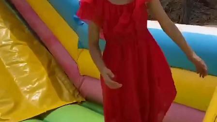 愉悦童年:小萌娃玩滑滑梯咯