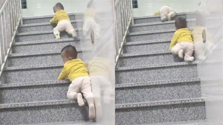 双胞胎萌娃下楼有奇招!匍匐前进配合默契逗乐老妈:初见新鲜!