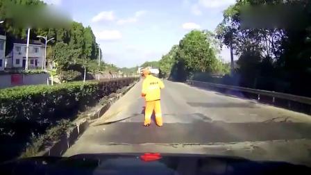 男子打电话超速驾驶,撞飞环卫工致其死亡,第一视角曝光!