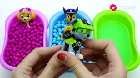 浴缸里面放进汪汪队小狗还有美人鱼,放进彩色珠子,儿童玩具