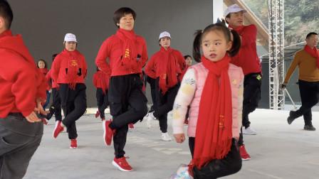 6岁小女孩带一群大人跳曳步舞,音乐《拜新年》,服装统一真专业