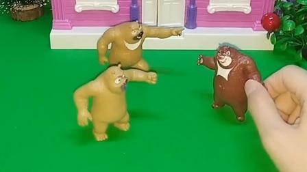 熊大发现这里有两个熊二,接着又来了一个,到底哪个才是真的呢