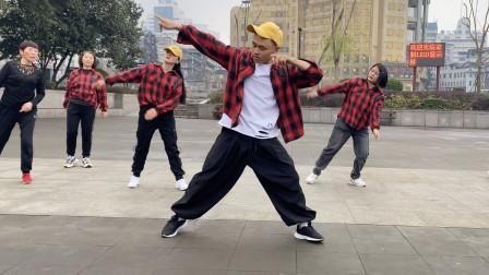 19岁小伙街头跳曳步舞,不少美女姐姐跟着学,高手在民间系列!