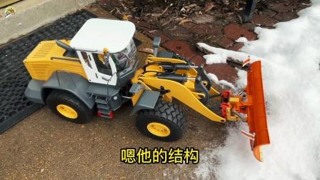 大铲车在雪地里推雪真好玩