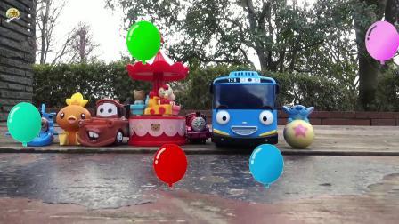 在公园里找到好多玩具,小汽车和卡通人物玩具