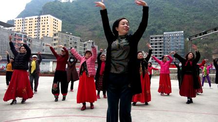 走进巴马坡月村,看候鸟老姐们跳广场舞,快乐健身