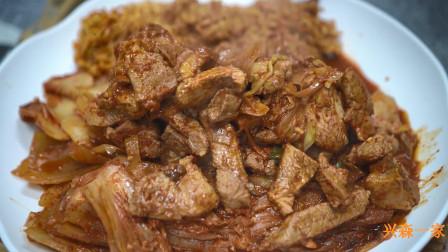 韩国兴森一家三口:爸爸做的红烧猪颈肉和陈年泡菜,还有新鲜的鸡蛋做成的煎蛋!