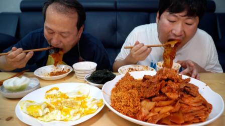 韩国兴森一家三口:我和爸爸一起享用红烧猪颈肉和陈年泡菜,还有美味的煎蛋和拉面!