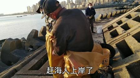 大连开发区南砣海边零下十多度,俩老人穿着雨裤就下水赶海,海水很凉一般人受不了!