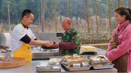 """响应号召不聚餐,厨师长用15斤前胛肉制作年菜""""粑粑肉""""送同事"""