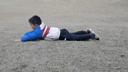神兽放假第一天,在草地上打滚和伙伴们玩沙子——小孩子的快乐