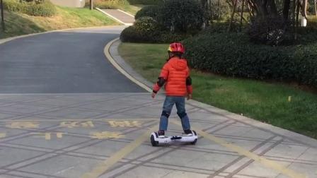 爱骑电动平衡车的小朋友