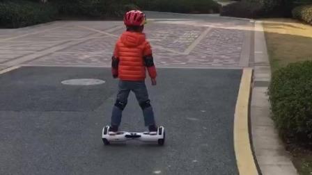 电动平衡车玩的很稳的小朋友