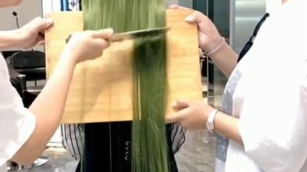 第一次见切头发吧,这刀功一般人练不起