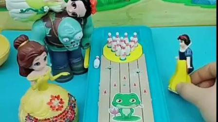 少儿益智玩具,小白雪和贝儿玩保龄球