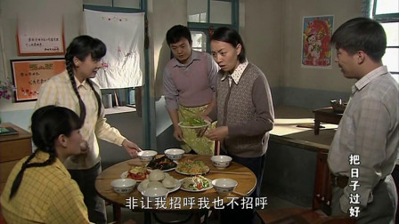 一家人做了满桌佳肴,热热闹闹吃个饭,理想中的家庭