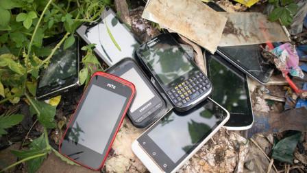小哥垃圾堆里翻出一部旧手机,翻修一顿后,直呼赚了!