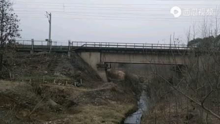 转载视频HXD1B牵引集装箱快速通过京九线
