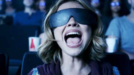 女孩带2D眼镜看3D电影,却发现影院被怪物占领,周围人毫无察觉