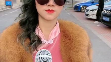 街头采访,美女的存款到底有多少?